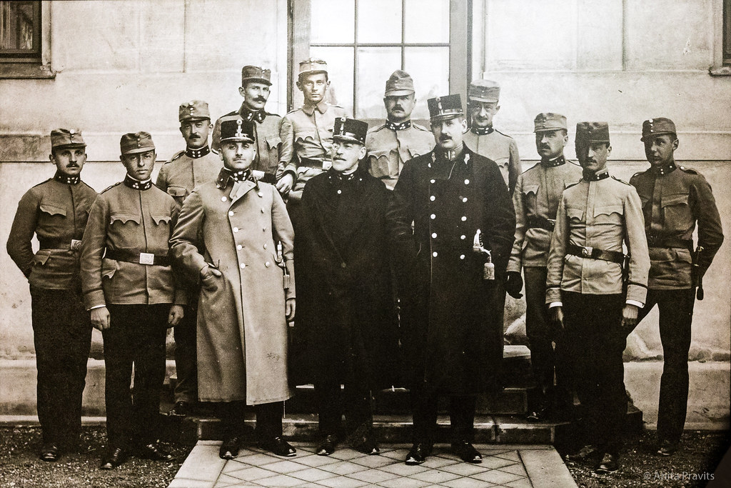 Эгон Шиле (второй в последнем ряду) с офицерами и товарищами из лагеря военнопленных в Мюлинге